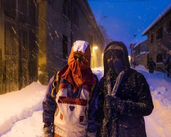 De jeunes migrants marchent jusqu'au squat communautaire Chez Marcel, à Briançon (Hautes-Alpes), le 11décembre.