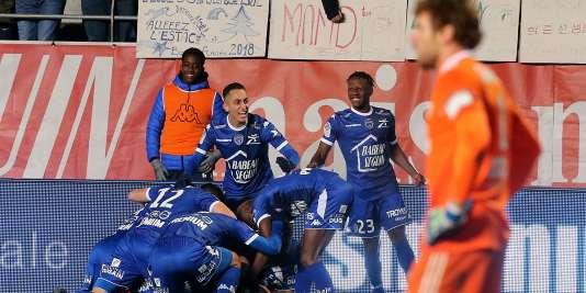 Les joueurs troyens célèbrent le but de leur milieu de terrain Stéphane Darbion lors de la réception d'Amiens, le 16 décembre.