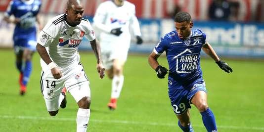 L'attaquant troyen Samuel Grandsir déborde l'Amiénois Gaël Kakuta, le 16 décembre au stade de l'Aube.