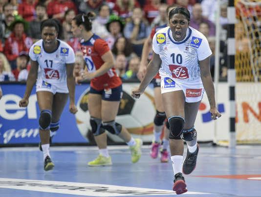 Siraba Dembélé, à gauche, et Grâce Zaadi, au premier plan, lors du match de finale face à la Norvège.