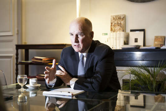 Jerry Brown, le gouverneur de Californie, à Paris, le 13 décembre 2017.