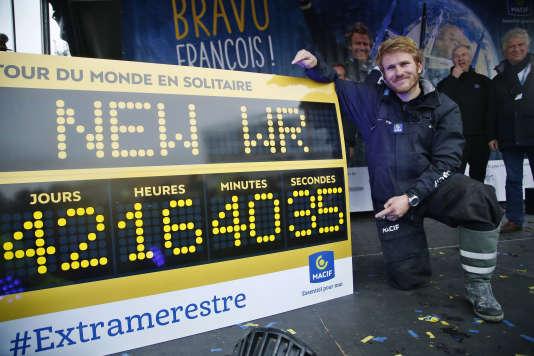 François Gabart, à l'arrivée de son tour du monde, dimanche 17 décembre à Ouessant.