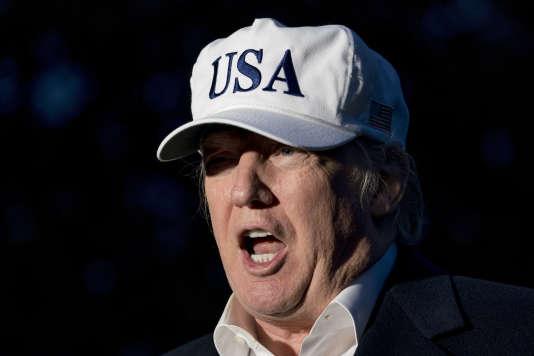 Interrogé, à son retour à la Maison Blanche après un week-end à Camp David, pour savoir s'il avait l'intention de limoger M.Mueller, M.Trump a simplement répondu «non ».