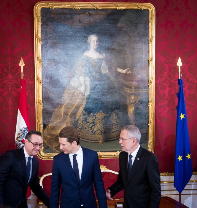 Heinz-Christian Strache (FPÖ) et Sebastian Kurz (ÖVP), nouveaux vice-chancelier et chancelier autrichiens, et le président Alexander Van der Bellen, lundi 18 décembre à Vienne.