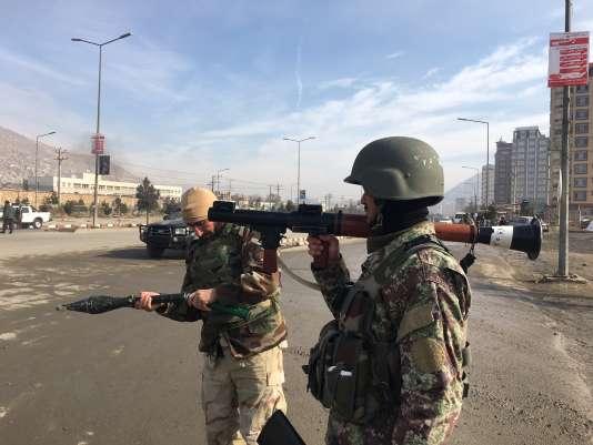 Des renforts afghans à proximité du lieu de l'attaque du centre d'entraînement des services de renseignement afghans.
