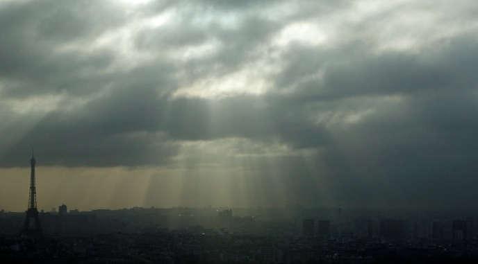 Le soleil perce la couche nuageuse au-dessus de Paris, le 18décembre 2017.