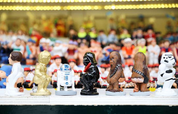 Reprenant le personnage du « caganer » dans les scènes de nativité catalanes, une boutique de Barcelone vend des santons «Star Wars » représentés en train de déféquer.