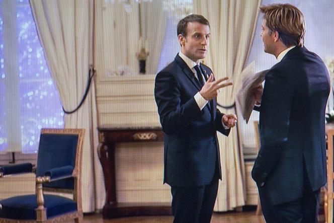 Emmanuel Macron face à Laurent Delahousse à l'Elysée, lors de l'entretien diffusé sur France 2, le 17décembre.