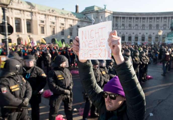 Manifestation, lundi18 décembre, contre le nouveau gouvernement autrichien à Vienne où l'extrême droite a obtenu plusieurs postes régaliens.