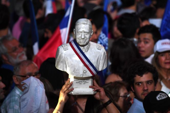 Des partisans du président élu, Sebastian Piñera, célèbrent la victoire de leur candidat dans les rues de Santiago, le 17 décembre.