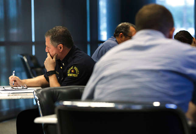Un policier texan initié à la gestion du stress après que cinq de ses collègues ont été tués.