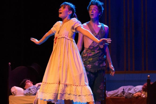 Delphine Le Moine (Wendy) et Thibaut Boidin (Peter Pan) dans «Peter Pan», spectacle musical mis en scène par Guy Grimberg.