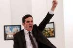 Doigt en l'air, l'arme à la main et le visage plein de rage : l'image de l'assassin de l'ambassadeur russe en Turquie a été vue des millions de fois. Il y a un an, le 19 décembre 2016, Mevlüt Mert Altintas, un policier âgé de 22 ans, tire sur l'ambassadeur de Russie à Ankara, Andreï Karlov, lors d'une conférence de presse. En face, Burhan Ozbilici, photojournaliste pour l'agence Associated Press (AP) prend une série de photos qui fera le tour du monde. Il raconte.