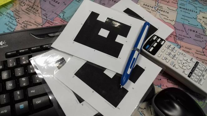 Pour les évaluations intermédiaires, l'application Plickers permet d'interroger, simultanément et individuellement à une même question de type fermé (QCM), tous les élèves en utilisant de simples étiquettes en carton. Ils répondent sur ces fiches, que le professeur scanne avec son portable pour obtenir les résultats instantanément.