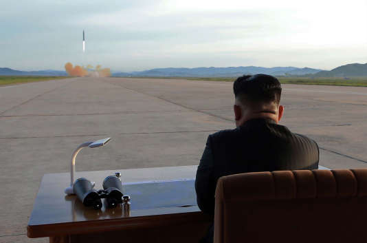 Le leader de Corée du Nord Kim Jong-Un observe le lancement d'un missile balistique, à une date non déterminée.