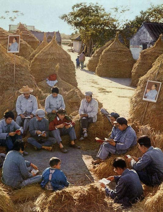 Lecture du Petit Livre rouge dans une zone rurale de Chine, en 1968.