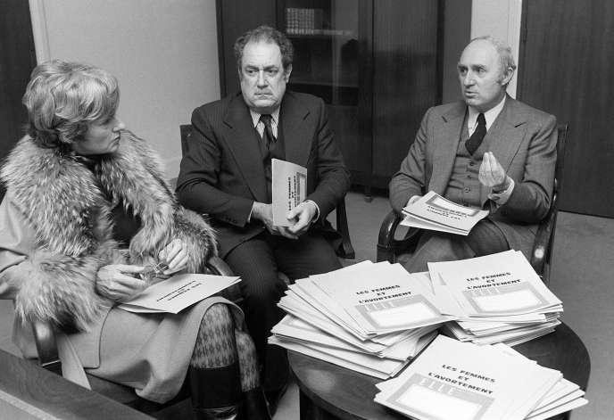 La journaliste et productrice de télévision Daisy de Galard remet, le26novembre1974 à l'Assemblée nationale, à Paris, le dossier «Les Femmes et l'Avortement»au docteur Henri Berger (au centre), en présence de Lucien Neuwirth (à droite), questeur de l'Assemblée nationale, avant l'ouverture des débats sur le projet de loi sur l'avortement de la ministre de la santé Simone Veil.