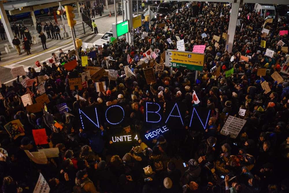 Des citoyens se rassemblent lors d'une manifestation contre le décret anti-immigration de Donald Trump, à l'aéroport international John F.Kennedy de New York. Le président a signé l'ordre exécutif controversé empêchant les réfugiés et les résidents de pays à prédominance musulmane d'entrer aux Etats-Unis.