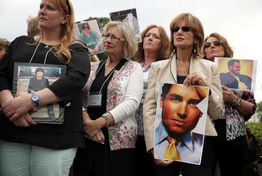 Des familles tiennent les photos de leurs proches morts après un mauvais usage d'opioïdes, à Washington, en mai 2016.