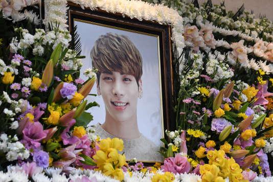 Un portrait du chanteur coréen Jonghyun entouré de fleurs à Séoul, le 19 décembre 2017.