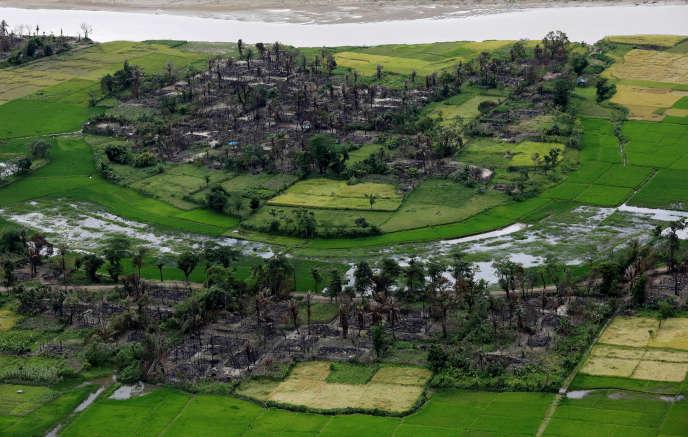 Un village rohingya incendié, dans l'Etat d'Arakan, le 27 septembre.