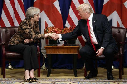 Le président américain Donald Trump serre la main de la première ministre britannique Theresa May lors d'une rencontre à New York, le 20 septembre 2017.