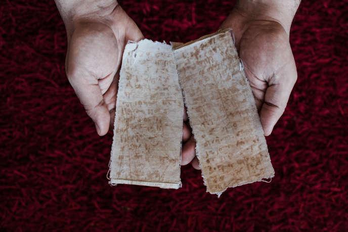 Les morceaux de tissu avec les noms de détenus que Mansour Al-Omari, journaliste syrien et réfugié, a réussi a emporter à la fin de sa détention.