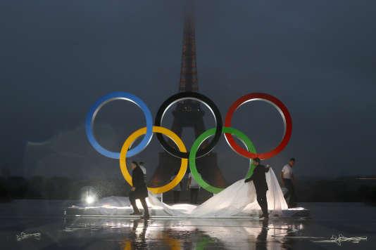 Les anneaux olympiques sur la place du Trocadéro, face à la tour Eiffel, le 13 septembre.
