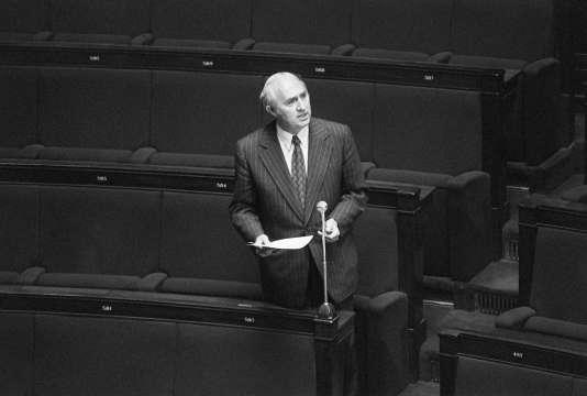 Le député Lucien Neuwirth s'exprime à l'Assemblée nationale le 11 mai 1973.