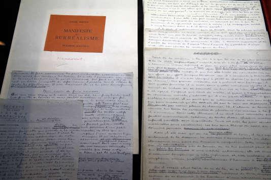 Le manuscrit original du manifeste du surréalisme par André Breton lors de la vente chez Drouot à Paris, le 19 décembre 2017.