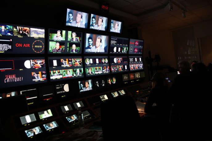La régie d'un studio deFrance Télévisions, à Paris, en 2010.