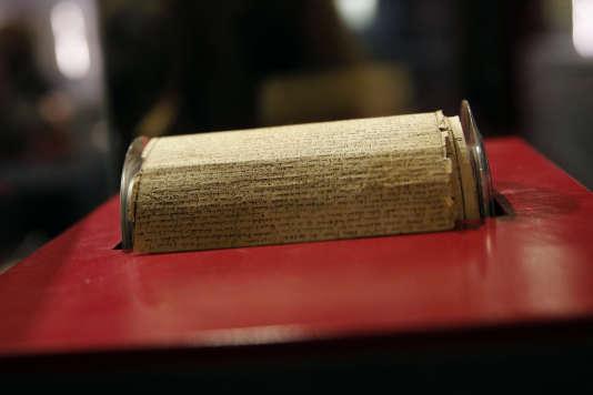Le manuscrit original, sous la forme d'un rouleau de douze mètres, des « 120 Journées de Sodome, ou l'école du libertinage», du marquis de Sade, lors de la vente chez Drouot à Paris, le 19 décembre 2017.