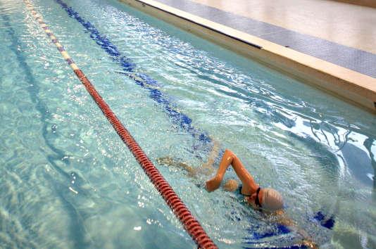Un étudiant nage dans la piscine de l'université de Nanterre (Hauts-de-Seine), en octobre 2007