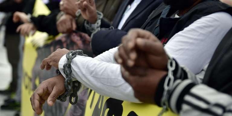 Lors d'une manifestation contre l'esclavage et les accords entre l'Union européenne et la Libye, à Athènes, le 2décembre 2017.