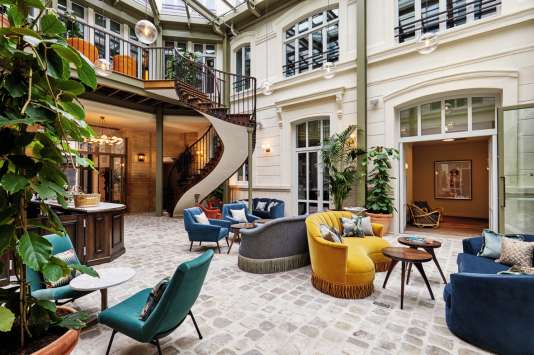 Le lobby du Hoxton Hotel, à Paris, est aussi un bar.