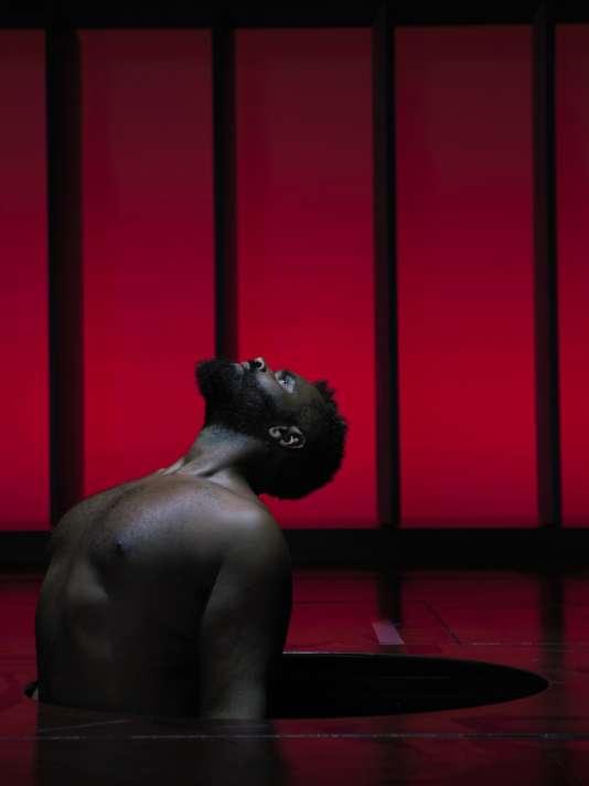 « Nouvelles pièces courtes» de Philippe Decouflé est une série de séquences brèves, où huit interprètes dansent, chantent, jouent la comédie.