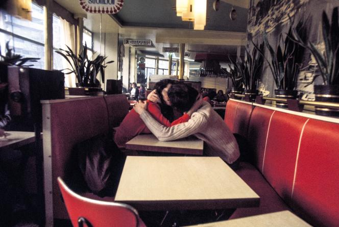 Dans un café, dans les années 1970.