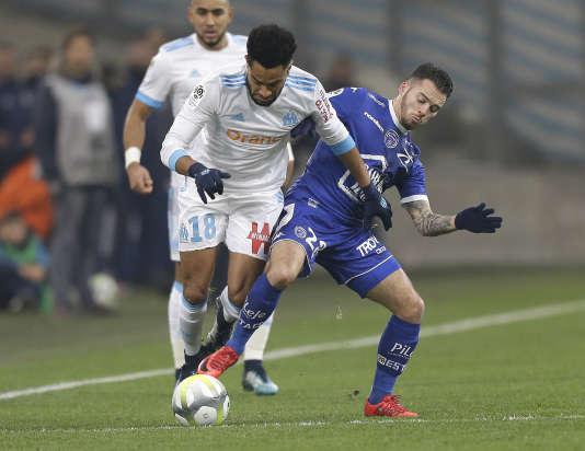 Le latéral gauche de Marseille, Jordan Amavi, face au Troyen Bryan Pele, le 20 décembre à Marseille.
