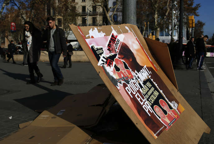 Des affiches de campagne à Barcelone, le 20 décembre, la veille des élections régionales.