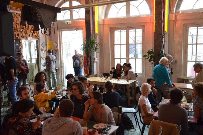 L'ancienne lingerie de Saint-Vincent-de-Paul devenue, avec le projet des Grands Voisins, un foyer, bar, restaurant convivial où se croisaient occupants du site, public extérieur, et personnes en réinsertion.