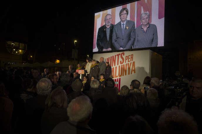 Carles Puigdemont, candidat de la liste Ensemble pour la Catalogne, s'adresse depuis Bruxelles à la foule réunie à Barcelone, le 19 décembre.
