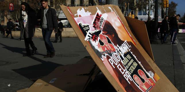 Des affiches de campagne à Barcelone, le 20 décembre, la veille de l'élection régionale