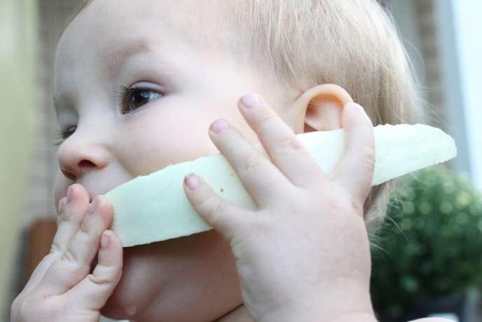 Le petit garçon mangerait pour satisfaire sa faim, la petite fille par gourmandise...