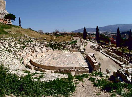 Le théâtre de Dionysos se situe sur le versant sud de l'Acropole, qui pouvait accueillir jusqu'à 17 000 personnes.