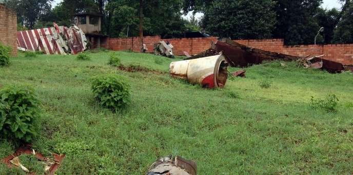 Les débris de l'avion qui transportait le président rwandais Juvénal Habyarimana, à Kigali, le 15avril 2017, quelques jours après qu'il a été abattu par un missile.
