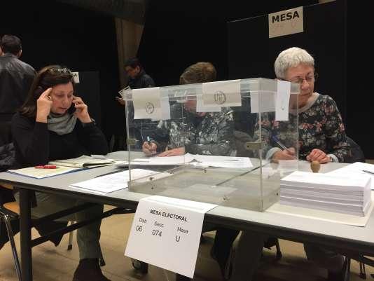 Dans un bureau de vote dans le quartier de Gracia, à Barcelone, le 21 décembre.