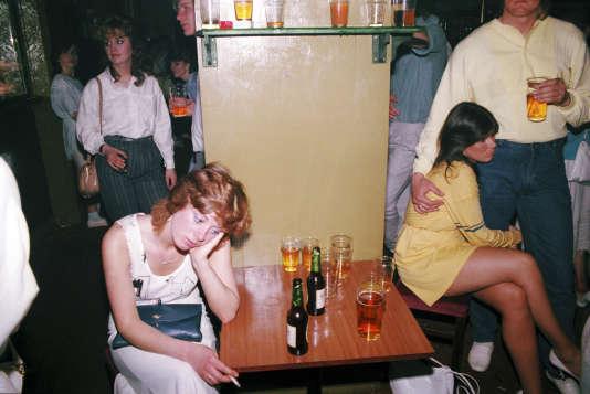 Photo extraite de la série Looking For Love, réalisée par Tom Wood, au clubThe Chelsea Reach, New Brighton, Liverpool, entre 1984 et 1987. Cette série a fait l'objet d'un livre publié en 1989 par Cornerhouse Publications.