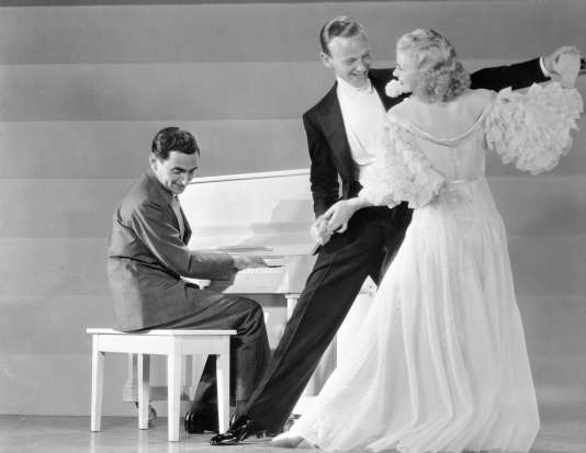 Fred Astaire et Ginger Rogers devant Irving Berlin au piano.