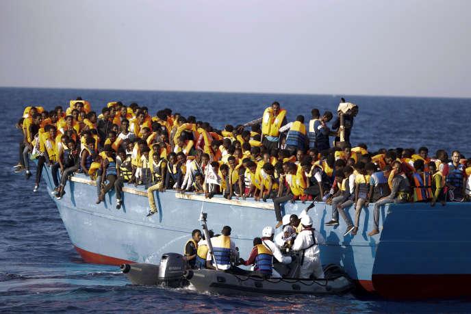 Sauvetage de migrants au large des côtes libyennes par les autorités italiennes, en août 2016.