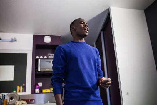 Ahmed Khamis dans sa chambre, au foyer Adoma de Vichy.